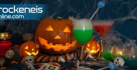 Halloween Deko mit Trockeneis und Kürbis und rauchenden Cocktails